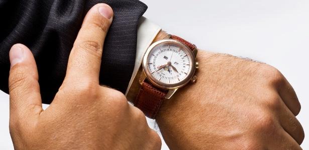 midia-indoor-relogio-pulso-tempo-horario-braco-homem-ponteiro-hora-segundo-minuto-carreira-trabalho-prazo-executivo-mao-dedo-reuniao-pontual-data-lembranca-esquecimento-1270077210152_615x300