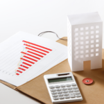 imagem com gráficos, calculadora e imóvel, para identificar o mercado imobiliário