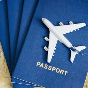imagem de passaportes e um avião