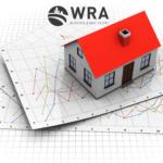 Imagem de uma casa em cima de gráficos. Simbolizando a análise do mercado imobiliário de orlando no mês de Novembro
