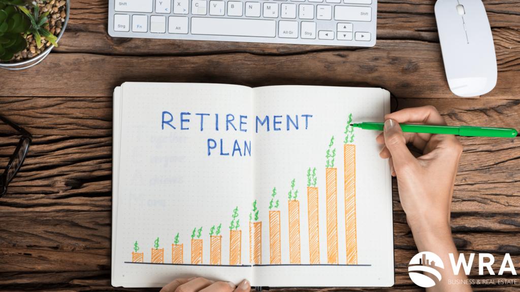 Imagem de um caderno com um plano de aposentadoria
