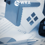 Imagem de uma casa, uma calculadora, um gráfico e uma caneta para simbolizar o mercado imobiliário