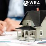 Imagem de uma pessoa assinando o contrato de uma casa na Flórida