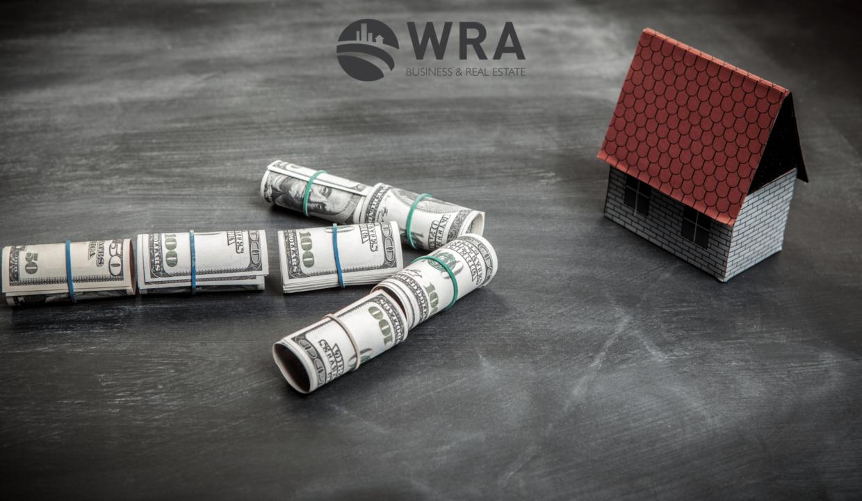 seta feita de dólares direcionada para uma casa - demostrando o interesse de comprar uma casa na flórida